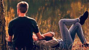 Paar im Wald Frau liegt mit dem Kopf auf dem Schoß vom Mann
