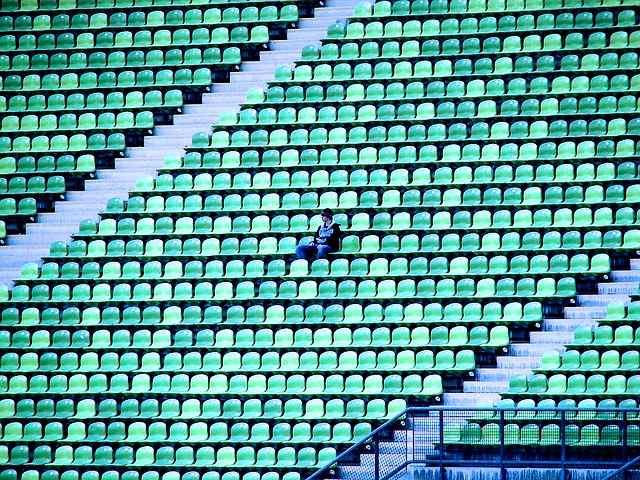 Mensch alleine im Stadium
