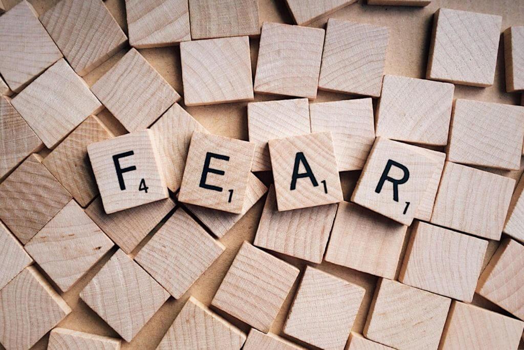 holzsteine auf dennen fear steht