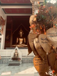 Buddha tempel mit herzbaum