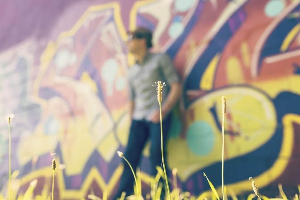 Mann steht Graffiti Wand