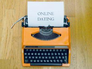 alte schreibmaschine mit eingespantem papier wo drauf steht online dating
