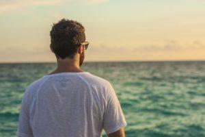 mann von hinten am meer