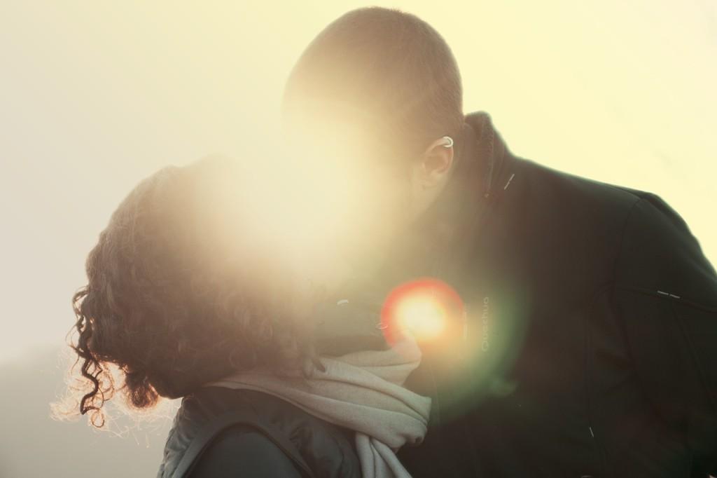 küssendes Paar im sonnenuntergang