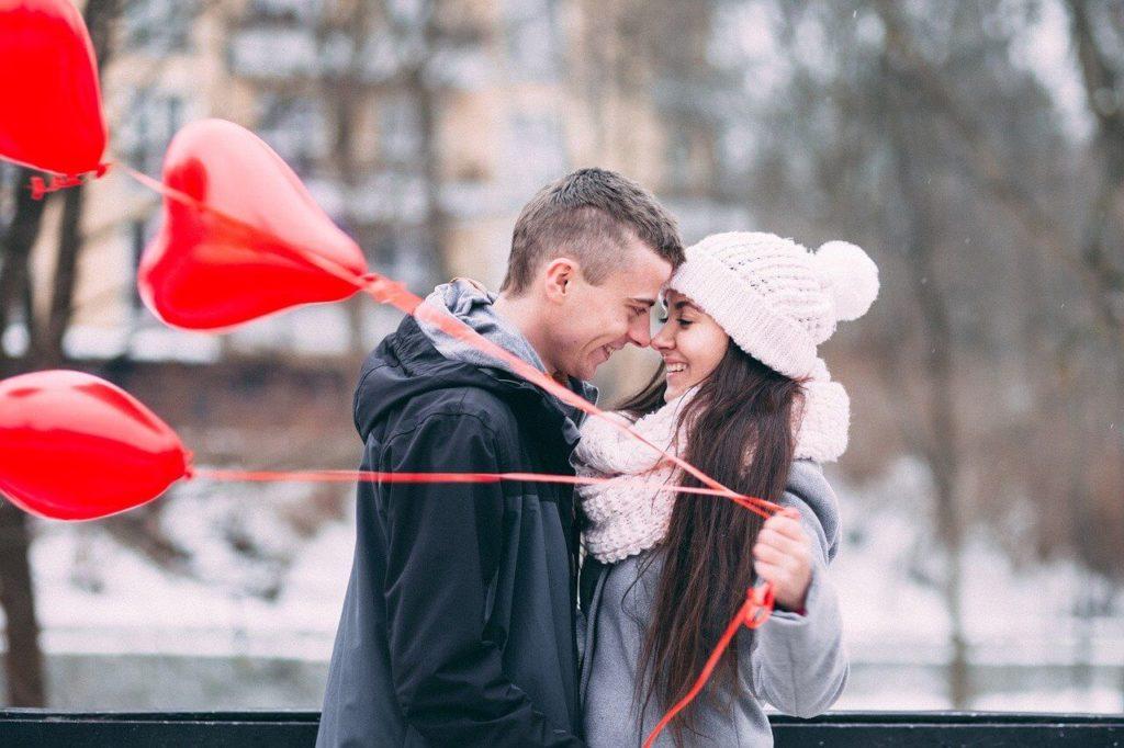 paar umarmt sich mit herzluftballons