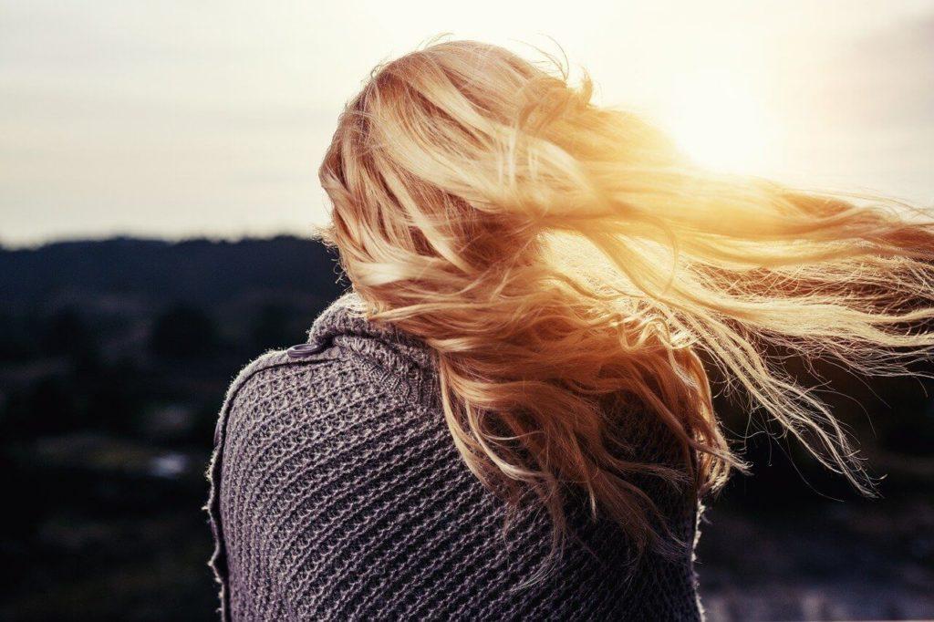blonde frau von hinten im sonnenuntergang